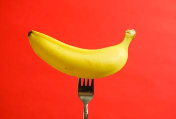 バナナを食べるイメージ 赤色背景