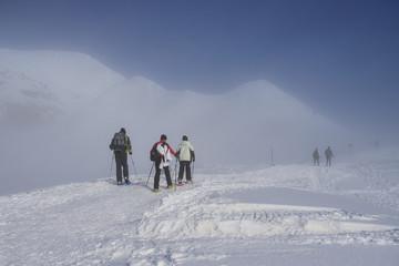 alpinisti tra le nubi verso la cima di Piazzo - alpi Orobie