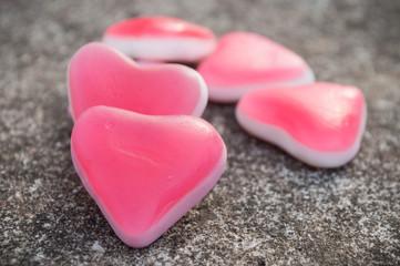 bonbons en forme de coeur sur fond en pierre