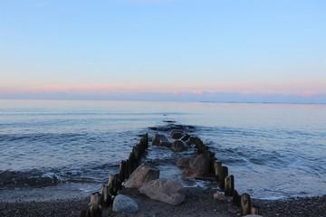 idyllische Buhne am Meer, Konzept Seebestattung