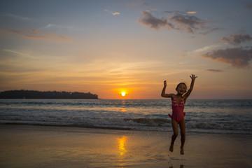 夕暮れのビーチで遊ぶ女の子