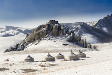 Ein Jurtenlager in der Mongolei im Winter