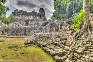 Becán ist eine archäologische Stätte und vormaliges Zentrum der Maya der präklassischen Periode im Rio-Bec-Stil