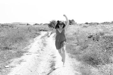 девушка молодая на чёрно белой фотографии