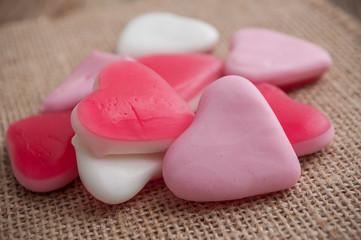 bonbons en forme de coeur sur fond en toile de jutte
