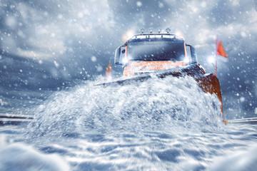 Professioneller Schneepflug auf der Straße