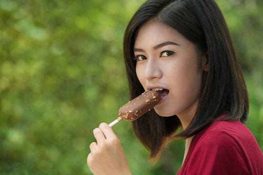 Asian women are eating delicious ice cream.