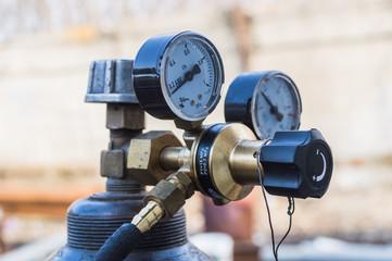 Reducer with pressure gauge on the oxygen cylinder