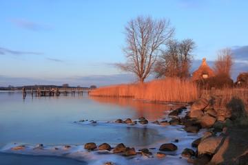 idyllische Abendstimmung an der Schlei im Winter, Sieseby, Schleswig-Holstein