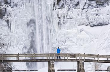 Hombre en el puente con casaca helada
