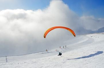 """Сочи, Россия, горнолыжный курорт """"Роза Хутор"""". Полет на параплане с Роза Пик в облачную погоду"""