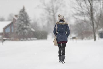 Chica paseando un dia de nieve