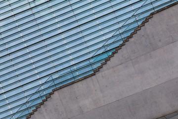 Treppenstufen vor einer Lamellenfassade