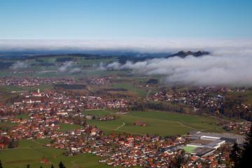 Die Burgruinen Hohenfreyberg und Eisenberg über dem Nebel im Allgäu in Bayern, Deutschland.