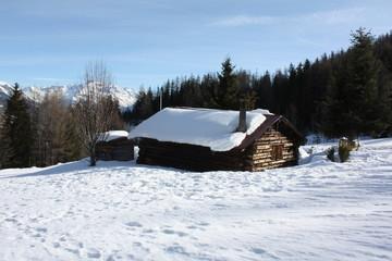 Grange dans les neiges