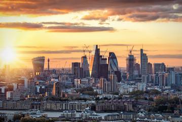 Fotomurales - Sonnenuntergang hinter der City of London, Finanzzentrum und sitz der Börse und Banken