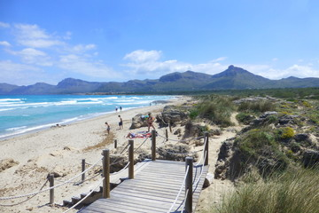 Son Serra de Marina, zona costera y playa cercana a Can Picafort en Mallorca, Islas Baleares, España con una vista panorámica que abarca del Cap de Farrutx (Artà) hasta Alcudia.
