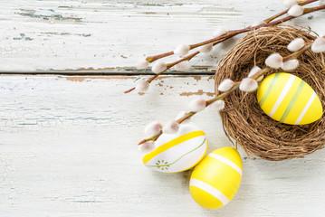 Osternest mit gelben Eiern mit  Textfreiraum