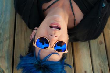 Mujer con gafas de sol, verano y vacaciones