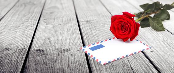 Briefumschlag und Rosen