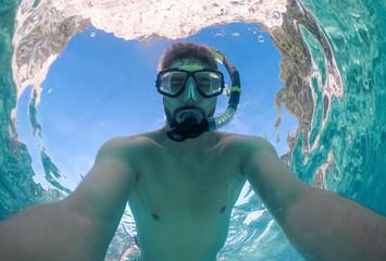Junger Mann macht Selfie beim Schnorcheln