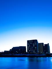 Fototapete - 川辺の高層マンション群