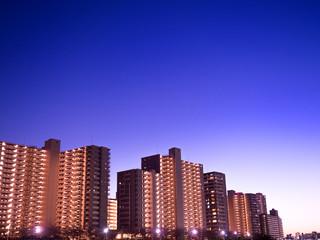 Fototapete - 川沿いの高層マンション群