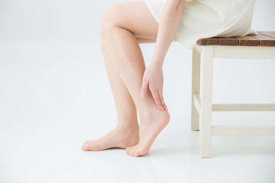 足首を気にする女性