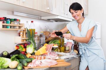 woman is photo food on phone
