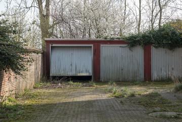 Alte Garagen mit Metalltor