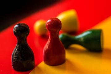 Spielfiguren schwarz rot gelb grün