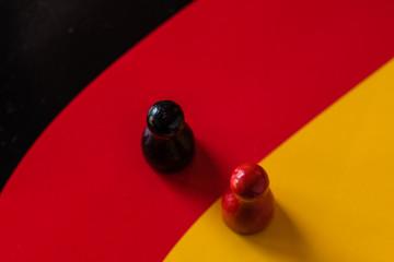 Spielfigur schwarz rot