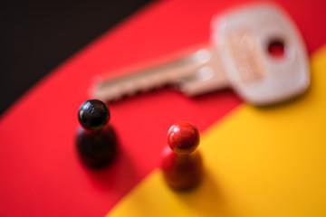 Schlüssel zum Erfolg Groko auf Deutschlandfahne