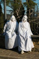 Ritratto di due fantasmi con il costume di carnevale