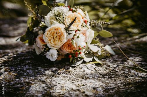 Brautstrauss Vintage Mit Lachsfarbenen Blumen Stock Photo And