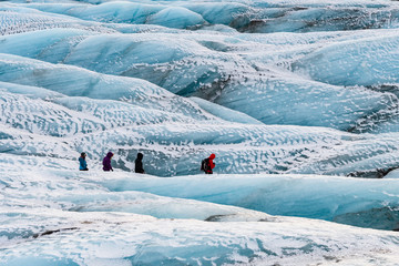 Photo sur Aluminium Glaciers mountaineers hiking a glacier at vatnajokull, iceland