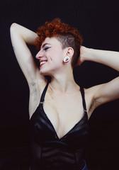 Mujer joven y pelirroja con un estilo diferente, con piercings y el pelo rapado