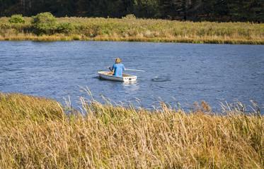 Mujer en barca un dia soleado