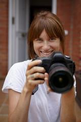 Mujer joven con cámara fotográfica