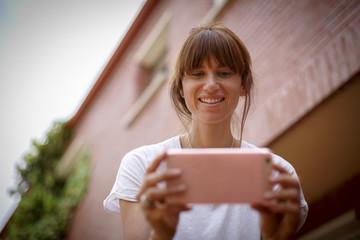 mujer joven haciendo foto con el móvil