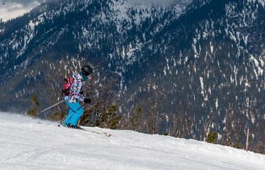 Skifahrer in einem Skigebiet in den bayrischen Alpen