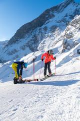 Junges Pärchen beim Skifahren in den bayrischen Alpen
