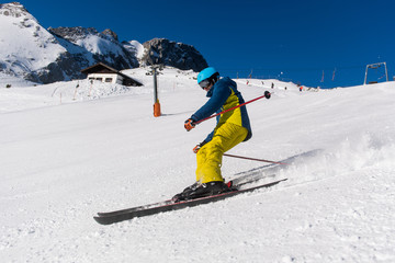 Skifahrer fährt die Piste herunter