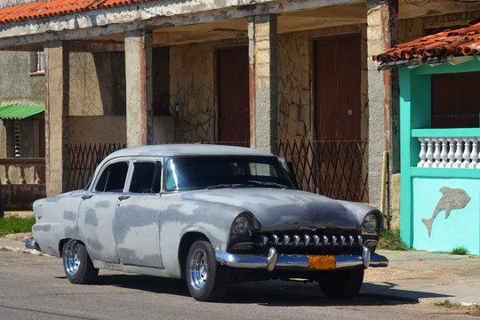 Un coche de los años cincuenta en Cojímar (Cuba)