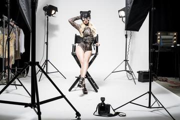 eine sexy junge frau in einem knappen katzenkostüm posiert in einem fotostudio
