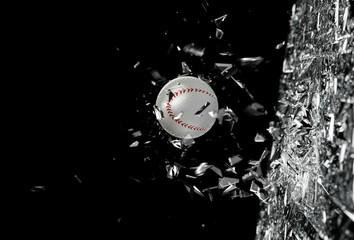 Fondo de concepto de deportes.Pelota de béisbol en movimiento atravesando un cristal.Concepto de accion deportiva