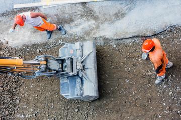 Bauarbeiter bei Tiefbauarbeiten