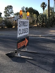 """Schilder für Straßensperre und Umleitung mit der englischen Aufschrift """"Road closed"""" und """"Detour"""""""