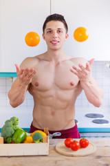 Essen zubereiten Früchte Orangen werfen junger Mann Mittagessen gesunde Ernährung