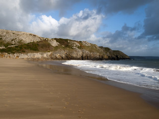 UK, Wales, Pembrokeshire, Barafundle Bay beach and cliffs in autumn sunshine